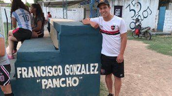 Pancho González, de la cantera leprosa desde chico, posa sobre le pequeña tribuna con su nombre en el club Malvinas Argentinas de Villa Nueva.