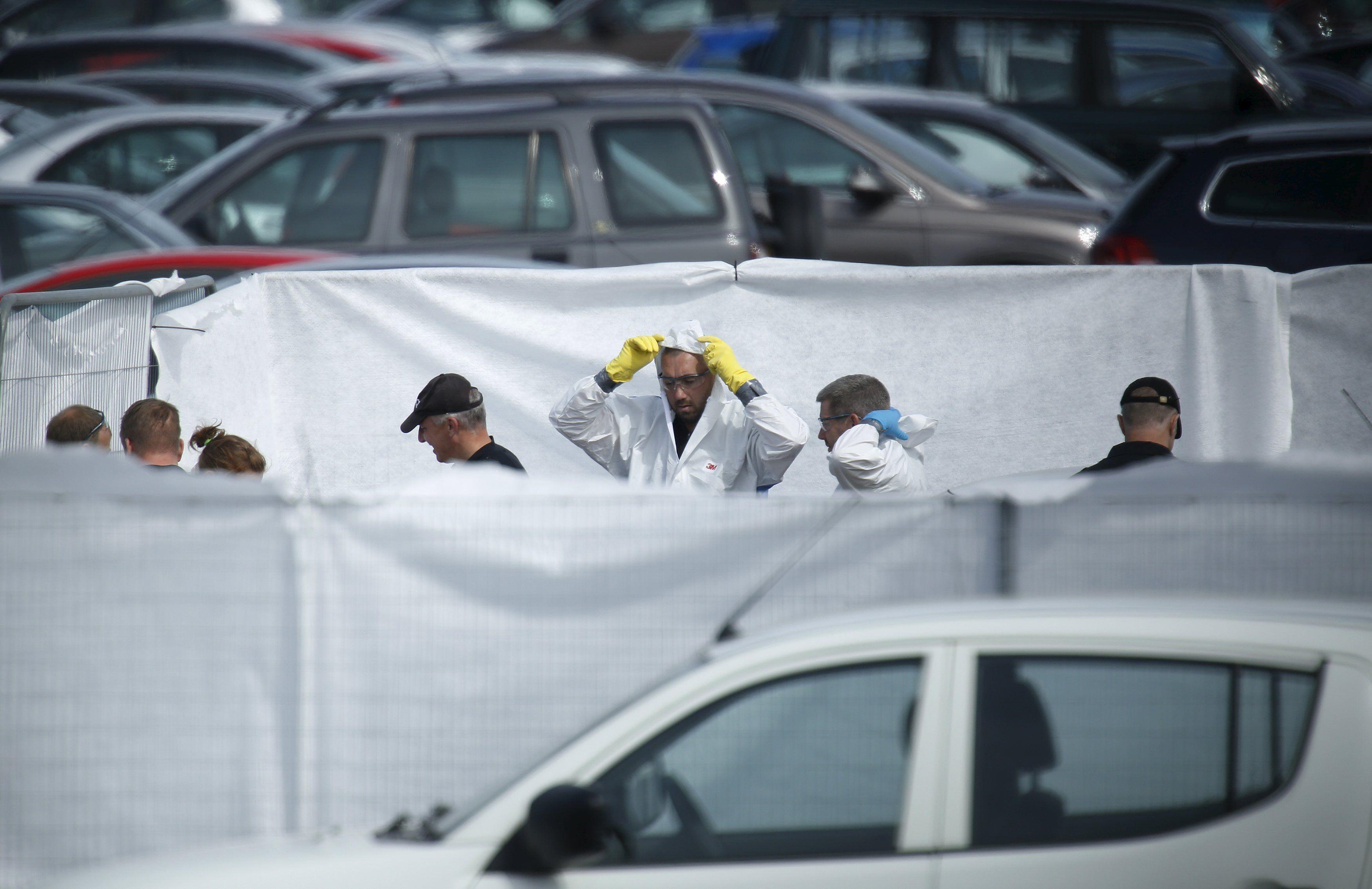 Peritos en accidentes trabajan en el lugar donde se estrelló el avión en el que murieron el piloto y los familiares de Bin Laden.