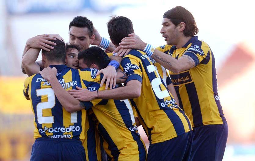 Los jugadores canallas se abrazan en el festejo. Los canallas ganaron bien en Córdoba.