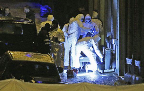 in situ. La policía científica reúne evidencias en el domicilio de los dos terroristas