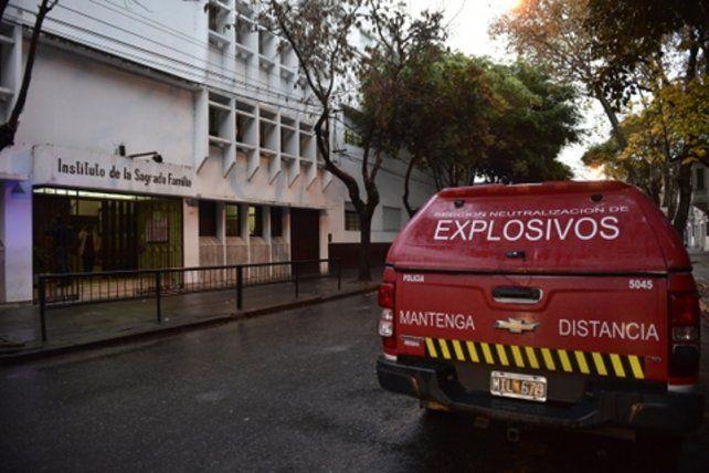 postal repetida. Un móvil de la Brigada de Explosivos frente a un colegio. La amenaza fue falsa.