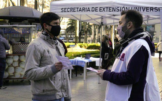 La UNR instala un puesto en plaza Pringles para informar sobre las vacunas contra el Covid