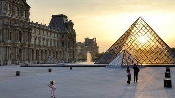 El icónico ingreso del Louvre con su pirámide de cristal. Hoy está cerrado, pero su enorme colección está a un clic disponible para todo el mundo. Y gratis.