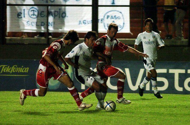 Diego jugador. Cocca intenta frenar a Pequi De Bruno por el sector izquierdo del ataque tirolense.