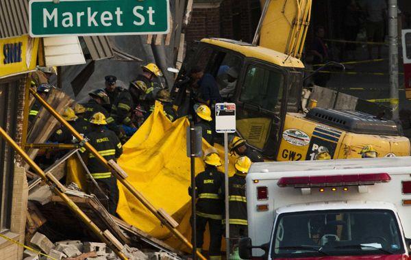Los bomberos debieron trabajar varias horas para rescatar a los que quedaron atrapados.