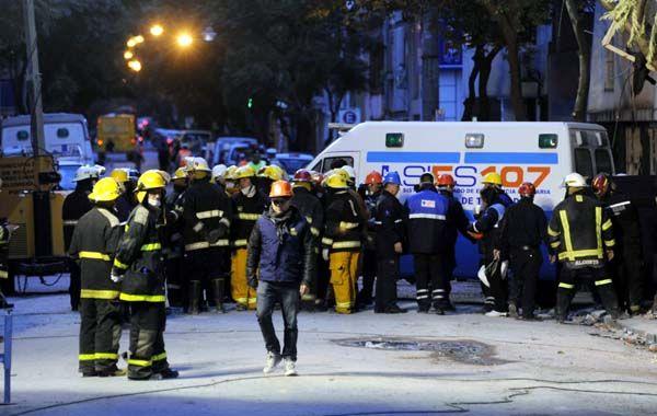 Rescatistas luego de encontrar los últimos dos cuerpos de la tragedia. (foto: Silvina Salinas)