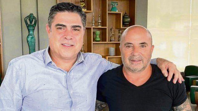 En Belo Horizonte. Sampaoli posa con un dirigente de Atlético Mineiro.