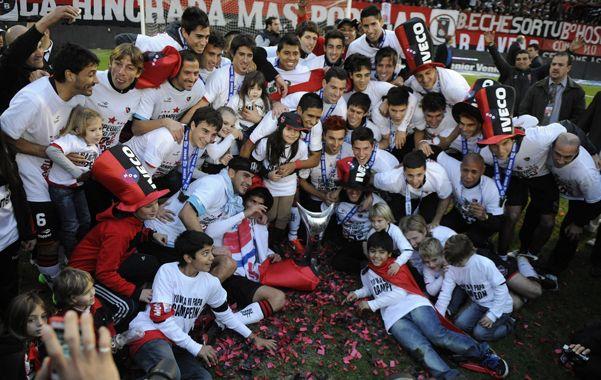 Los jugadores se sacan la foto de campeones luego de recibir el trofeo.