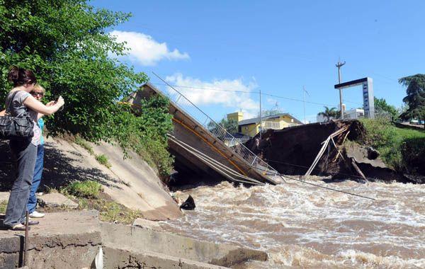 A las 7.30 de ayer los vecinos escucharon el estruendoso desmoronamiento de una de las lozas de la estructura