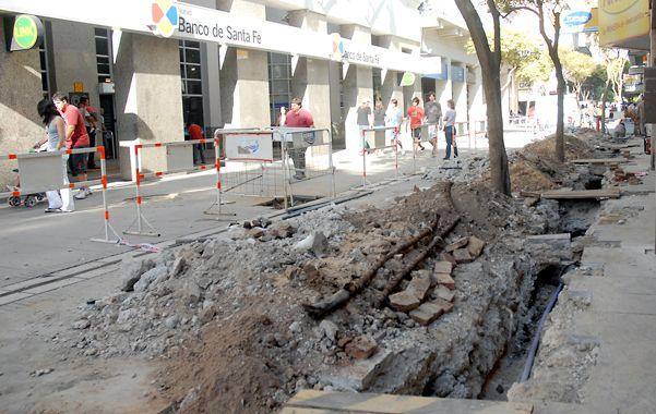 Pico y pala. La principal arteria comercial de Rosario mostrará los efectos de los trabajos subterráneos. (Foto: E. Rodríguez Moreno)