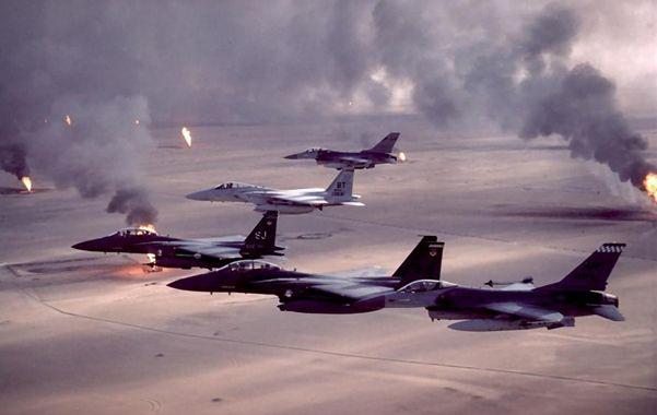 Impactante. Cazabombarderos de EEUU vuelan sobre los pozos petroleros kuwaitíes incendiados por Saddam.