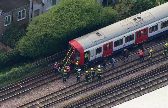Evacuación de pasajeros en el tren donde ocurrió el atentado.
