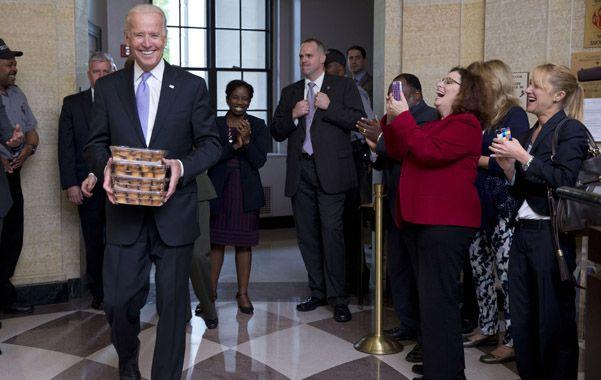 Vuelta al trabajo. El vicepresidente Joe Biden recibe a los empleados licenciados con muffins.