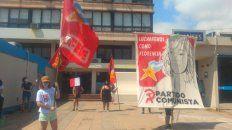 Manifestantes del Partido Comunista mostraron su indignación frente a los Tribunales de San Jorge por el rechazo del juez, Pablo Ruiz Staiger, al pedido de incorporación como querellante por el femicidio de su dirigente.