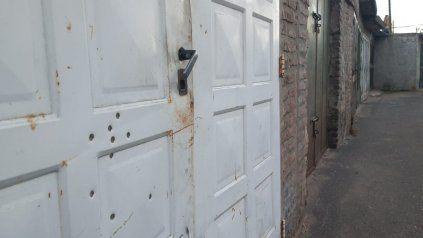 Una casa baleada en Solís y Tucumán, hace diez días. El propietario optó por irse.
