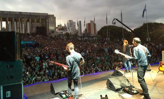 Pasada las 18 comenzó el show de Vicentico en el escenario montado de espaldas al río Paraná.