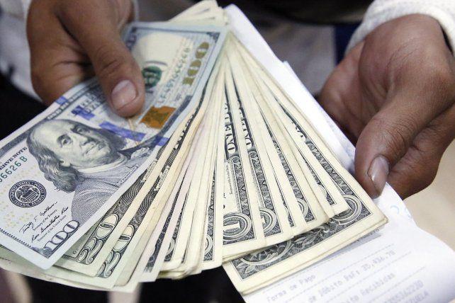 El dolar frenó la tendencia alcista y se vendió a $17,74 en Rosario