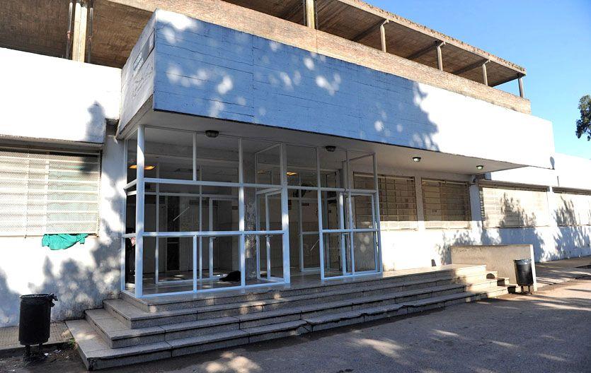 Al hospital. Uno de los ladrones fue atendido en el Roque Sáenz Peña. (foto: Alfredo Celoria)