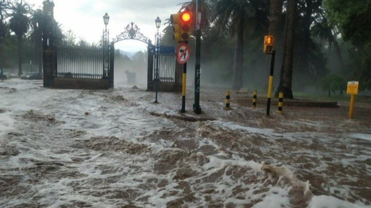 Después del granizo, una gran tormenta convirtió las calles de Mendoza en  un río