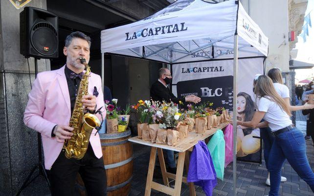 La Capital entregó plantines y le puso color al centro para celebrar la primavera