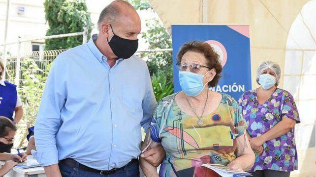 a-principios-marzo-el-gobernador-omar-perotti-acompano-su-mama-vacunarse-contra-el-coronavirus