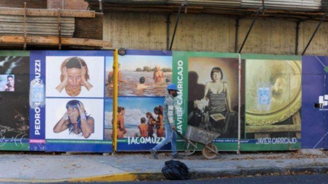 Galería en la vereda de Cerrito y Corrientes: las obras artísticas quedarán expuestas mientras haya quien trabaje para construir un edificio