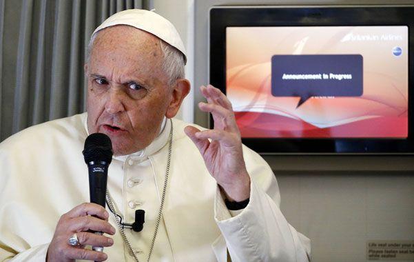 """gesto. Francisco durante su charla a bordo. """"La libertad de expresión no da derecho a insultar"""" la religión del prójimo."""