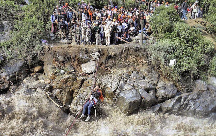 Rescate.  Peregrinos esperan para pasar un río en el norte de la India.
