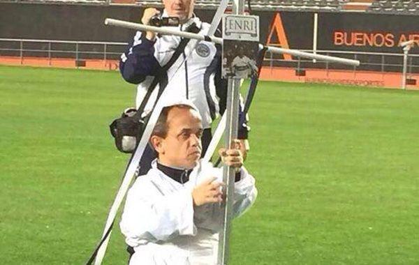El enano brujo vestido de blanco que recorrió el campo de juego con una cruz.
