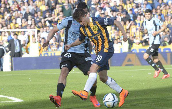 Franco Cervi maniobra ante un jugador de Belgrano. El desequilibrio es la mejor arma del hábil volante.