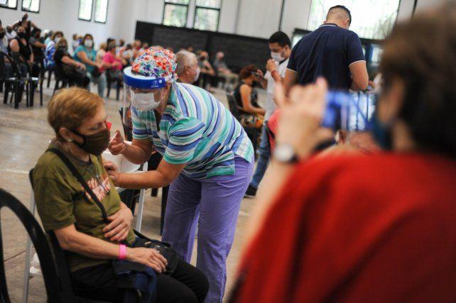 LA RURAL. Los adultos mayores que por marzo recibieron la primera dosis de AstraZéneca