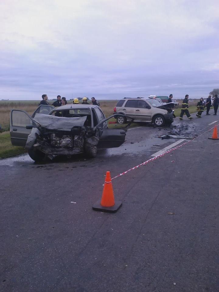 Los vehículos quedaron totalmente destruidos por el impacto. (Foto: gentileza FM Aire Libre Acebal.)