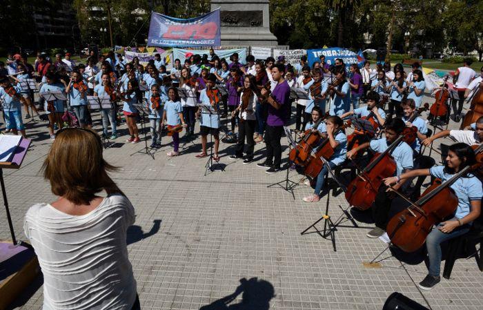Lo chicos tocaron cerca del mediodía en la Plaza San Martín. (Foto: Celina Mutti Lovera)