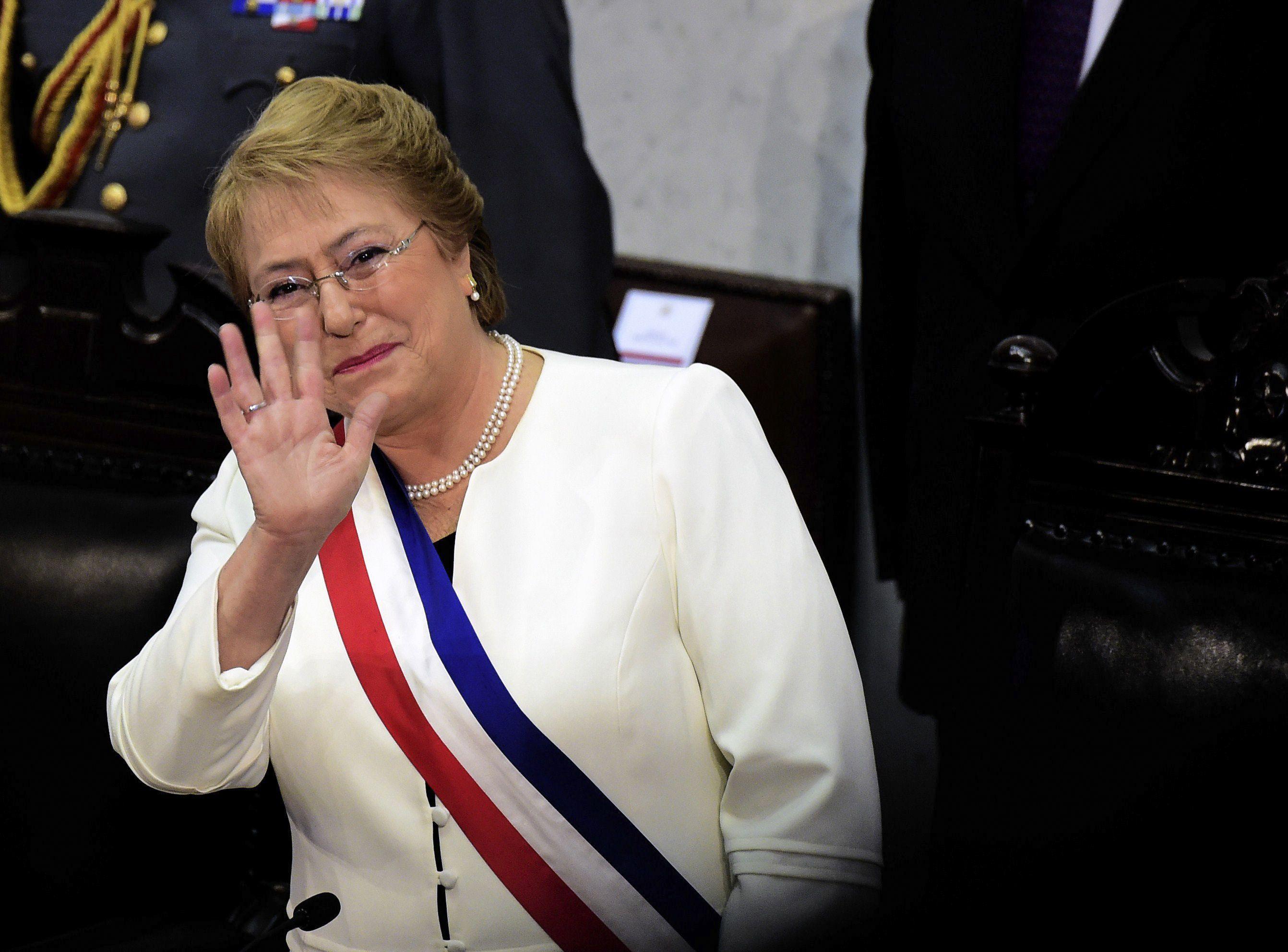 saludito. La presidenta chilena antes de iniciar su discurso en Valparaíso ante el pleno del Congreso.