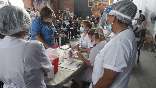 Comenzó el operativo de vacunación a docentes rosarinos en el Galpón 13