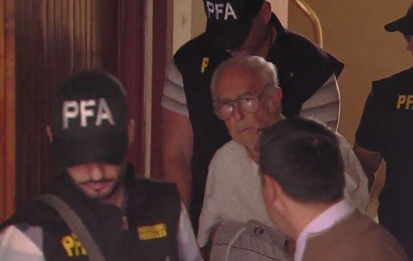 Convicto. Ricardo Barreda sale del edificio de barrio Belgrano