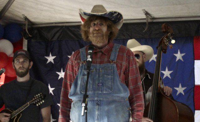 El actor como un cantante country en una reunión a favor del uso de armas.