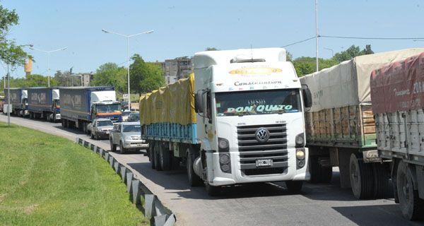 Transportistas bloquean el acceso a los puertos y paralizan la carga de granos en Rosario