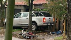Escena final. La moto de los ladrones, uno de ellos malherido en el piso y la camioneta chocada contra un árbol.