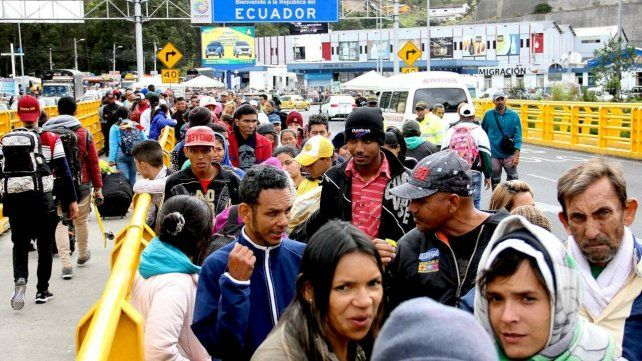 Frontera. La cantidad de migrantes paralizó el tránsito en la Panamericana.