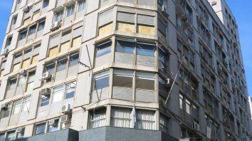 El histórico edificio Travella, en la esquina sudoeste de Sarmiento y Córdoba. Debajo el local que estaría por bajar sus persianas.