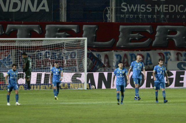 Central otra vez cometió varios errores defensivos y perdió con San Lorenzo 2 a 0