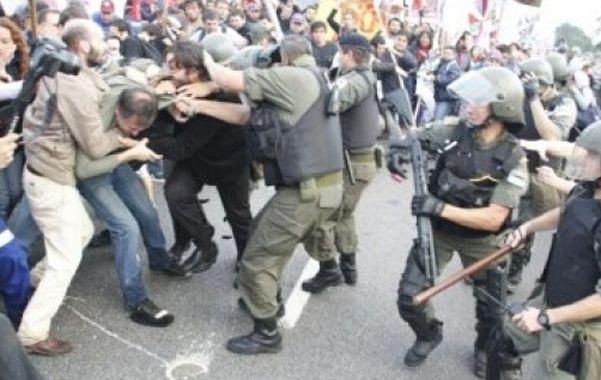 Los disturbios se produjeron cuando una columna de gendarmes avanzó sobre los manifestantes.