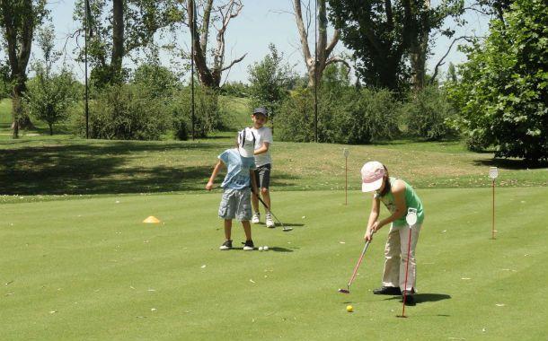 """Sábado. Chicos de corta edad toman el palo para jugar sobre el """"green""""."""