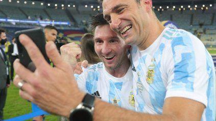 Festejo compartido. Messi y Scaloni comparten la alegría de la obtención de la Copa América.
