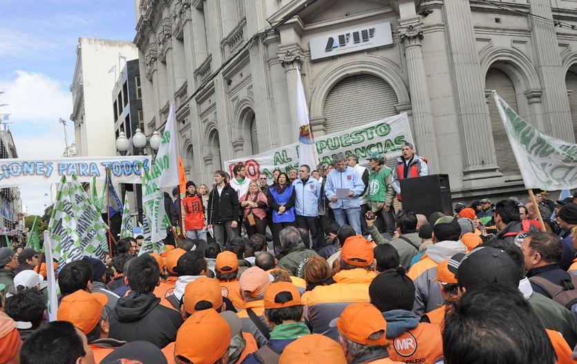 Unidad. Dirigentes de los gremios de la CGT y la CTA encabezaron el acto que se realizó frente a la Afip. (Foto: C. Mutti Lovera)