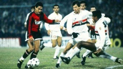 Zamora intenta gambetear en la final de la Libertadores del 92 que la lepra perdió por 1 a 0 y luego 3 a 2 en los penales.
