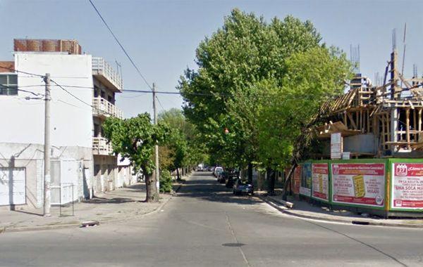 El episodio ocurrió antes de las 16 en Cochabamba y Constitución. El ladrón estuvo a punto de ser linchado. (imagen: Street View)
