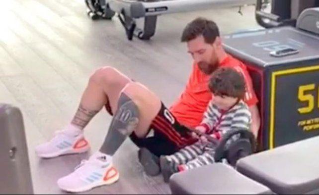 Messi se entrenó en cuarentena con el pantalón rojinegro
