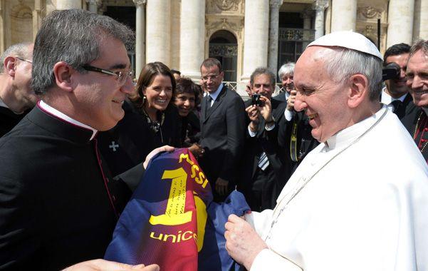 Idolo. Foto distribuida por el Vaticano del momento en que sacerdotes le entregaron la casaca firmada por Lionel Messi.